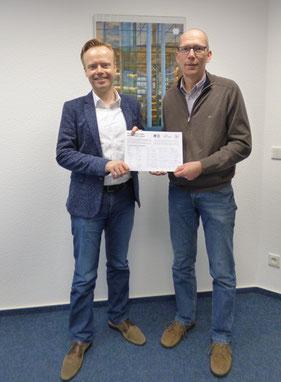 Jan Metzler MdB erhält Unterschriftenlisten von Jürgen Wagner vom Weltladen Alzey
