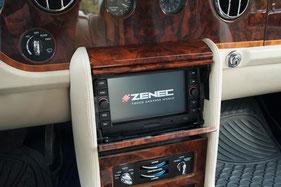 zenec ze-nc2041d in mittelkonsole hinter wurzelholz klappmechanik blende
