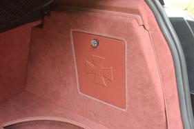 Seitenverkleidung im kofferraum mit Serviceklappen