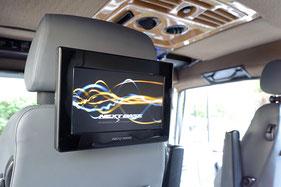 """9""""-Monitore von Nextbase an den Kopftsützen als Rear-Seat-Entertainment"""