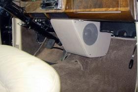 subwoofergehäuse mit zwei andrian audio subwoofer unter dem armaturenbrett