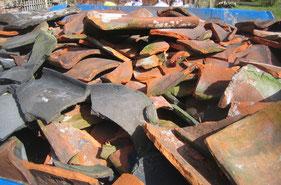 Helaas een vertrouwd beeld: prima oude dakpannen belanden in de puincontainer.