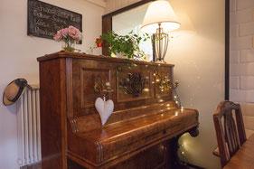 Klavier mit Angebot an Kuchen und Torten