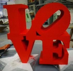 Palabra LOVE corpórea