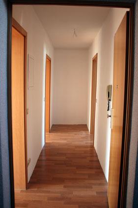 Blick in den Flur einer renovierten Wohnung