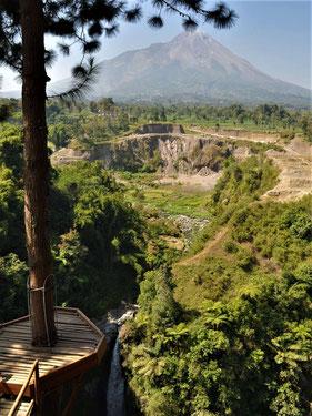 Uitzicht op de Kedung Kayang waterval en Merapi vulkaan