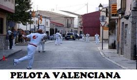 """La pelota valenciana """"pilota valenciana"""" es un deporte Existen dos modalidades de pilota valenciana, de estilo directo, cuando los equipos están enfrentados, enviando la pelota al extremo contrario del campo de juego y estilo indirecto."""