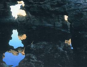 La erosión  crea caprichosas formas en la roca calcaría en Denia, Alicante.