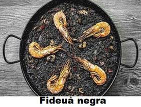 Fideuà negra con coliflor y marisco, plato tradicional de la Comunidad Valenciana.