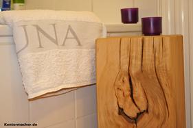 Holzblock Eiche mit Teelicht vor Badewanne.