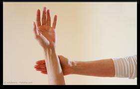 Kinesiologischer Muskeltest zur Prüfung einer Schwermetall-Belastung. (© wildworx - Fotolia.com)