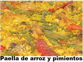 Paella de arroz con pimientos, conejo y pollo, plato tradicional valenciano.