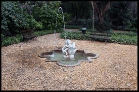 Preciosa fuente de un  niño subido a un cisne en el Jardín de Monforte en Valencia.