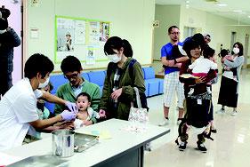 麻しん集団予防接種が実施された=7日、健康福祉センター