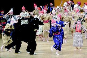 芸能祭は全出演者によるモーヤーで締めくくられた=26日午後、市民会館
