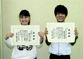八商工定時制3年の仲地君が善行賞、新里さんが優秀卒業生を受賞した=15日午後、同校