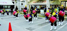 7周年祭を子どもエイサーで祝った=7日午前、ゆらてぃく市場