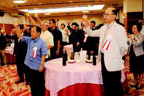 石垣島天文台設立10周年記念祝賀会で乾杯する林台長、宮地所長ら関係者=4日午後、市内ホテル