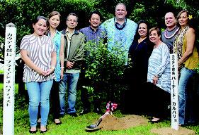 来島記念植樹を行い両都市の絆をさらに深め合った=6日、石垣市役所