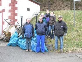 Mitglieder beim Müllsammeln