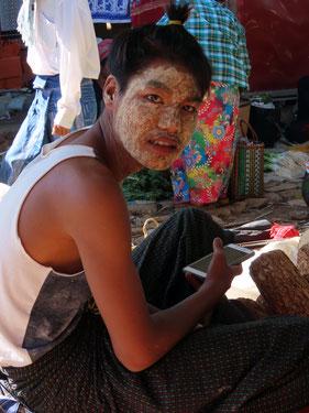 Thanaka Verkäufer auf dem Fünf-Tage-Markt