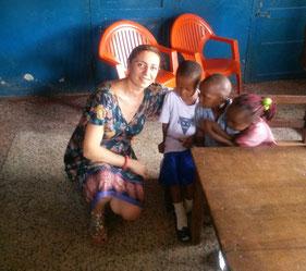 Gül Kunt mit Chikamso und weiteren Patenkindern