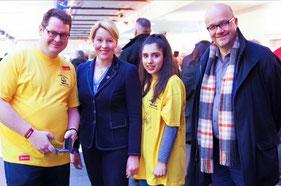v.l. Herr Kötterheinrich (Schulleiter), Frau Giffey (Bürgermeisterin von Neukölln), Sara (Schülervertretung), Herr Felgentreu (Bundestagsabgeordneter für Neukölln)