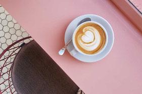 テーブルに置かれたコーヒー