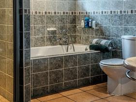 Bild: enges Badezimmer als Beispiel