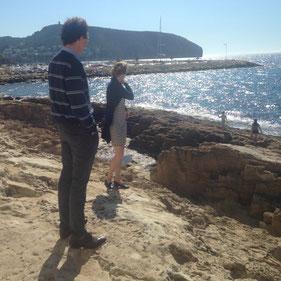 Annette en Mauk bewonderen de zee