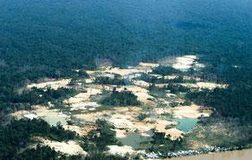 Uno de los muchos asentamientos ilegales de buscadores de oro en territorio yanomami.  © FUNAI