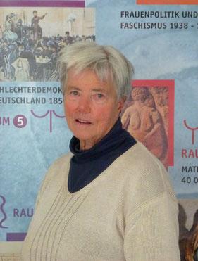 """Prof. Dr. Annette Kuhn im Haus der Frauengeschichte vor der Übersichtstafel zu den """"7 ZeitRäumen"""" (Sept. 2012), © hdfg, Bonn"""