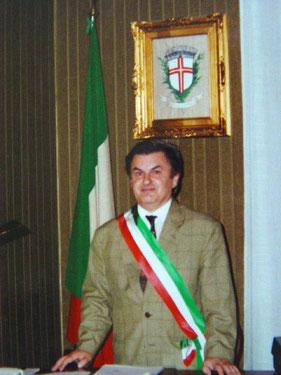 Beppe con la fascia tricolore nel suo ufficio di Sindaco - Beppe with the tricolor flag in his office of mayor
