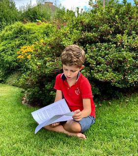Joehl Meyer lesend im Garten