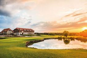 Grün der Bahn 18 mit Blick auf die Golfhütte - © Spa & Golf Resort Weimarer Land