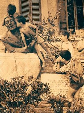 Il busto di Trilussa circondato da bambini