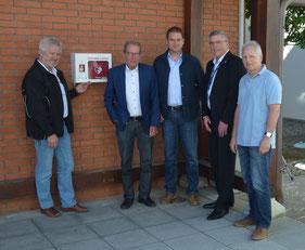 Bei der Übergabe (von links nach rechts): Klaus Zirell (Rotes Kreuz), Manfred C. Noppel und Oliver Preiser, Vorstände der Bürgerstiftung, Andreas Reinhardt (Chef der Stadtwerke Radolfzell,  Walter Rottler (Stadtwerke).