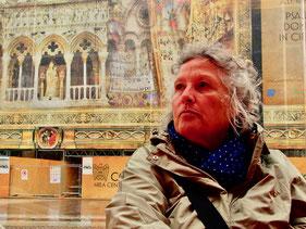 Hanni vor dem Monumental-Photo der Kathedrale