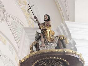 St. Sixtus-Kirche Schliersee: Der auferstandene Christus mit dem Kreuz als Zeichen des Friedens.