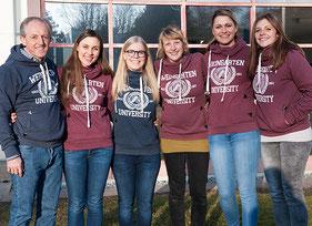 Professor Dr. Axel Olaf Kern und die Studentinnen Lisa Bauer, Mandy Kleinmann, Stefanie Beck, Melissa Pfau und Sarah Sauter (von links) haben das Hoodie-Projekt an der Hochschule Ravensburg-Weingarten auf die Beine gestellt.