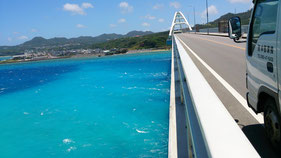 瀬底大橋からの海