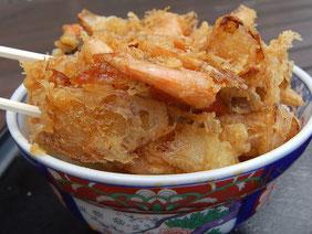ボリュームある海老かき揚げ丼は味噌汁付きで500円