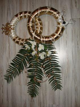 Farnblätter mit weißen Orchideen + golderne Kugelkette ,goldene Ringe mit Taubenpaar.