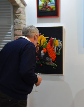 Mann betrachtet Filzbild in einer Ausstellung Konschak