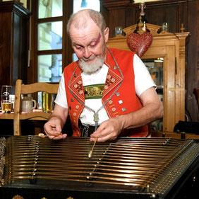 1991 übernahm Roland Keller zusätzlich einen Auftrag für Hackbrett. 1903 einen ebensolchen an der Musikschule Wil SG. Seit 1993 wohnt er in der Stadt St. Gallen. Er soielt in verschiedenen Volksmusik-Formationen, auch als Bläser (Oboe, Klarinette Fagott.