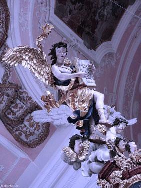 Schwebender Engel mit Evangelium