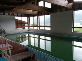 温水プールで浮力を利用して楽しく身体を動かします