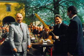 05.05.91_Schmiedmeister Karl Podlesnic, LR Dr. Josef Pühringer u. Bgm. Viktor Sigl