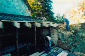 12.10.93_Herbergsvater Fritz Strelecz konstruiert einen Abstellraum im Rundturm bei der Radlerherberge