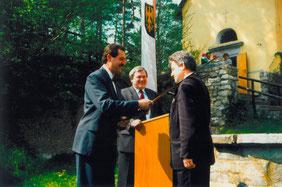 05.05.91_Bgm. Sigl schlägt LR Dr. Josef Pühringer zum Ehrenritter d. Burg Kreuzen